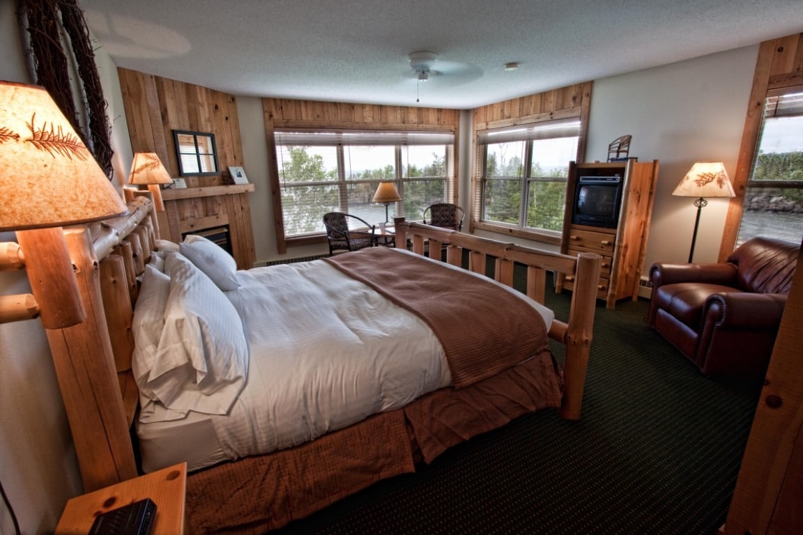 Lake Affect Stateroom - Cove Point Lodge