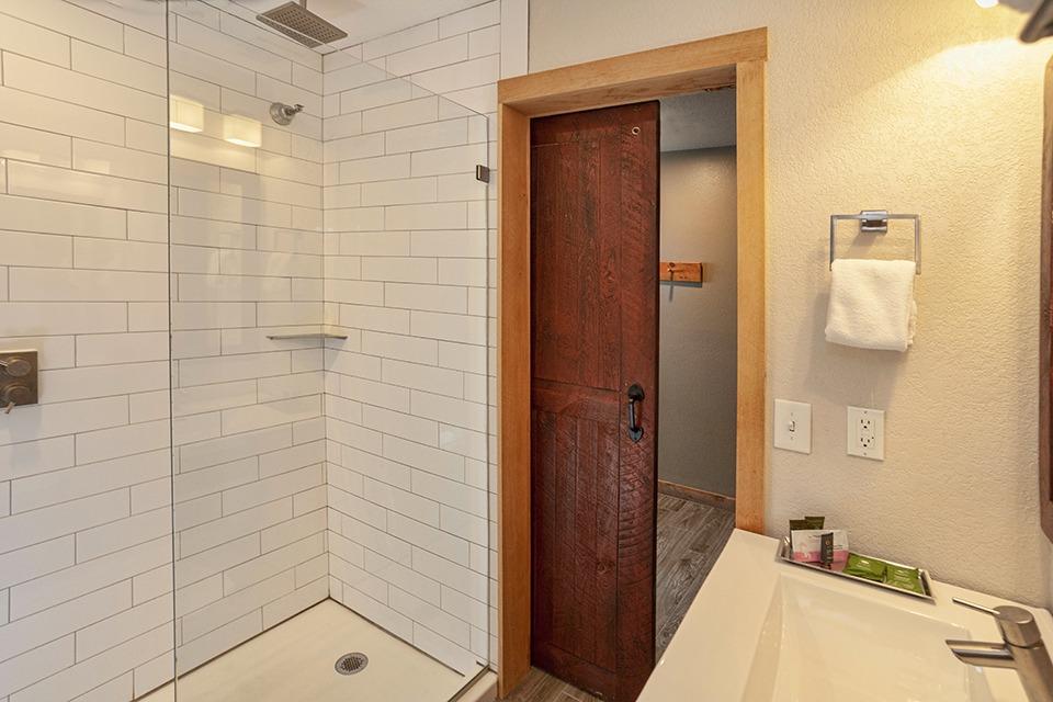 LodgeRoom-Bath